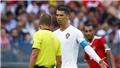 Cầu thủ Morocco nổi đóa vì trọng tài chính... xin áo đấu của Ronaldo