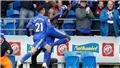 HY HỮU: Cầu thủ Cardiff cởi áo ăn mừng, cả sân nhìn thấy, trừ... trọng tài