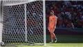 Xem pha đỡ hụt khó tin của thủ môn Simon khiến Tây Ban Nha thủng lưới
