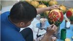 Vẽ thư pháp lên hoa quả ngày Tết - Truyền tải lời chúc hay, ý nghĩa đến gia chủ