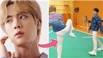 Hậu trường BTS: Jin thách Jungkook đấu tay đôi trong lúc đang quay quảng cáo Galaxy Flip 3