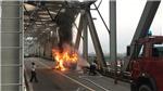 Kịp thời khoanh vùng đám cháy xe ô tô trên cầu Chương Dương (Hà Nội)