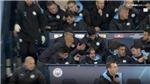 Guardiola giận dữ đập ghế, ôm đầu khi học trò chậm trễ trong tình cảnh cấp bách