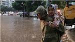 Chùm ảnh: Mưa rào với cường độ lớn gây ngập một số tuyến phố Thủ đô