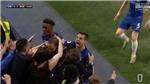 Higuain gây sốt khi vùi đầu vào ngực nữ CĐV Chelsea ăn mừng