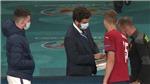Sao tuyển Anh bất ngờ khi được yêu cầu đeo khẩu trang chỉ vì bắt tay đồng đội