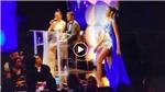 Thí sinh Miss Universe trượt té vì sàn trơn, Hoàng Thuỳ vẫn tự tin diễn bikini