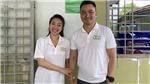 Chi Bảo và vợ sắp cưới mang nước ngọt cho người nghèo Bến Tre