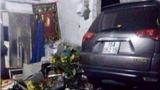 Ôtô mất lái, cán nát xe máy, đâm sập nhà dân, 2 người chết