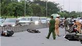 Ô tô 4 chỗ đâm vào 9 xe máy, nhiều người bị thương