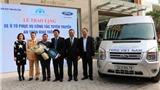 Toyota  và Ford trao tặng xe đầu năm