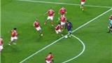 """Khoảnh khắc đáng nhớ: Messi bị 10 cầu thủ Benfica """"quây"""""""