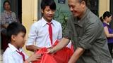 Báo Việt Nam News trao quà cho học sinh nghèo