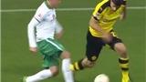 Hậu vệ của Dortmund bị 'xỏ háng' tới 3 lần trong 10 giây