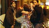 VIDEO: Hàng loạt con tin treo mình ngoài cửa sổ nhà hát Bataclan để trốn họng súng kẻ khủng bố