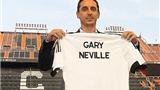 Gary Neville chào các CĐV Valencia bằng một giỏ cam