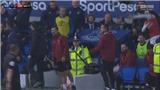 Arsenal thất trận, Oezil bực tức ném áo khoác, huấn luyện viên hai đội tranh cãi nảy lửa