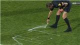 Xúc động khoảnh khắc trọng tài Pháp viết 'cảm ơn' lên sân cỏ trong trận bắt chính cuối cùng