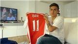 CĐV Arsenal chọc tức MU bằng hình ảnh Dybala cầm áo Oezil