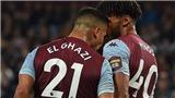 Sốc với cảnh hai cầu thủ Aston Villa húc đầu, hầm hè nhau ngay trên sân