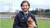 Joe Allen: Ngôi sao xứ Wales mang gà lên tạp chí