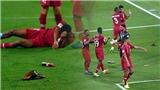 Quá tức giận, CĐV UAE ném giày dép và chai nước vào sân khi Qatar ghi bàn