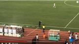 HLV Park Hang Seo định núp sau băng ghế chỉ đạo nhưng bị trọng tài gọi ra