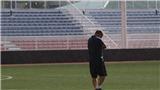 Xem ông Park Hang Seo đội mưa, chỉ đạo các học trò U22 Việt Nam tập luyện
