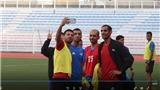 Các trọng tài bóng đá rủ nhau...  selfie trước trận mở màn SEA Games 2019