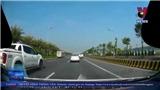 VIDEO: Khó chịu với cảnh hai xe ô tô lạng lách, kèn cựa nhau trên đường