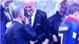 SỐC: Lên trao giải, một phụ nữ lấy HCV World Cup của tuyển Pháp bỏ túi