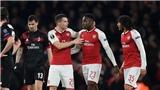Welbeck ăn vạ lộ liễu, fan Milan tức giận, Wenger cố tình 'nói lảng'