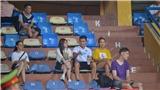 Huỳnh Anh 'kèm chặt' Quang Hải trên khán đài, có vệ sĩ bảo vệ