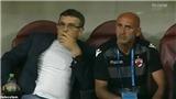 Trụy tim ngay trên sân, HLV Dinamo Bucharest nói một câu bất ngờ khi tỉnh dậy