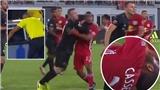 VIDEO: Lén thúc cùi chỏ đối phương, Rooney lĩnh quả đắng vì VAR