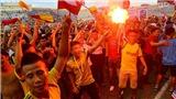 Thiên Trường mở hội, CĐV Nam Định tràn xuống sân đốt pháo ăn mừng