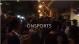 VIDEO: Xúc động hình ảnh CĐV hát quốc ca bên ngoài SVĐ Hàng Đẫy ở trận Hà Nội vs Viettel