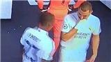 Benzema bị phát hiện nói với đồng đội không chuyền bóng cho Vinicius