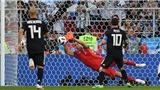 Ronaldo gọi bằng hat-trick, Messi đáp trả bằng... đá hỏng penalty, Argentina trả giá