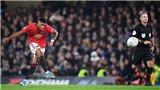 Fan ngả mũ trước pha sút phạt kiểu Ronaldo của Rashford vào lưới Chelsea