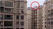 VIDEO nhóm trẻ chơi đùa trên tầng thượng tòa nhà 33 tầng không rào chắn