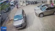 VIDEO: Xe ô tô mở cửa hất văng xe máy đi trên vỉa hè