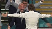 Cảm động trước khoảnh khắc huyền thoại Vialli ăn mừng cùng HLV Mancini