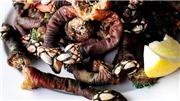 """VIDEO: Lạ lùng khi """"Ngón tay thần chết"""" trở thành món ăn đặc sản"""