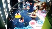VIDEO: Kinh hoàng bé lật phao tròn, bị bỏ bê suýt chết đuối ngay giữa lớp bơi