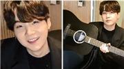 Suga BTS diện vest bảnh bao, chơi guitar cho fan nghe giữa đêm