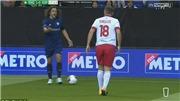 Pha vào bóng thô bạo Carles Puyol với Phil Neville trong một trận giao hữu gây sốc