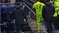 Alves tức giận đá vỡ chai nước vì bị thay ra ở trận gặp Man City