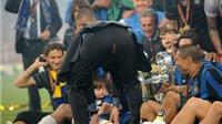 Những pha rách quần áo 'khó đỡ' trong bóng đá: Từ Mourinho, Pep Guardiola đến... David Moyes
