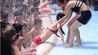 Phụ nữ bị quấy rối ở công viên nước Hồ Tây: Sự mông muội trong lốt văn minh